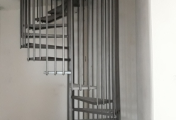 Scara elicoidala cu trepte din tabla debitata